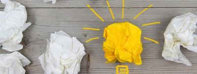 Zerknülltes gelbes Blatt als Glühbirne illustiert
