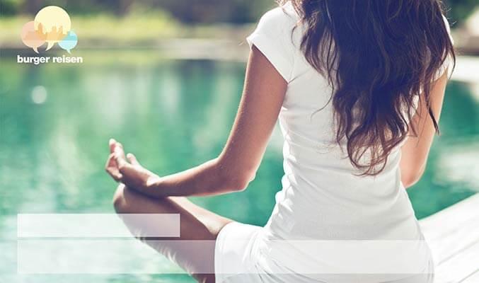 Individualisiertes Druckprodukt, Personalisierte Postkarte mit Frau in Meditationshaltung