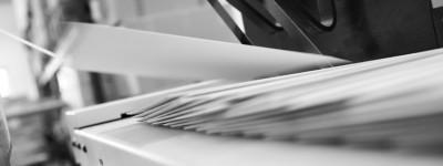 Kuvertiermaschine beim Verarbeiten eines Mailings