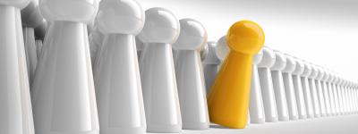 Personalisierte Spielfigur - eine gelbe unter vielen weißen