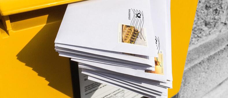Mehrere Briefe im Briefkasten | Portooptimierung bei staufendirekt