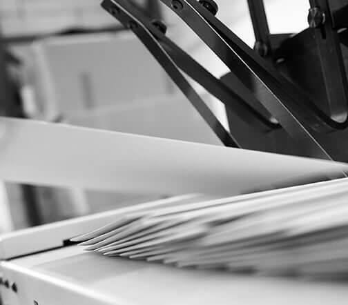 Transaktionsdruck und Versand durch moderne Kuvertiermaschine